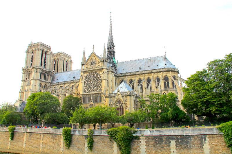 widok na katedre Notre Dame w Paryzu podczas spaceru wzdluz Sekwany